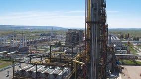 Movimiento a lo largo de la torre concreta en el complejo industrial almacen de metraje de vídeo