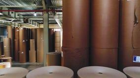 Movimiento a lo largo del almacén con los rollos de papel de empaquetado grandes almacen de metraje de vídeo