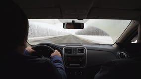 Movimiento a lo largo del camino en coche una mirada dentro adentro de la acción retrasada, shiversee de la cámara almacen de video
