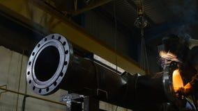 Movimiento a lo largo del trabajador del tubo del metal en soldaduras del traje de la protección almacen de metraje de vídeo