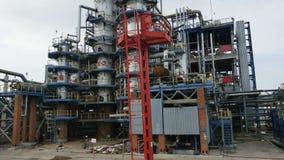 Movimiento más allá de la planta de la refinería del gas y de petróleo con las torres grandes almacen de metraje de vídeo