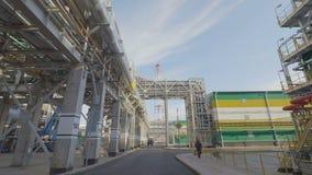 Movimiento más allá de los gaseoductos contra torres y el cielo metrajes