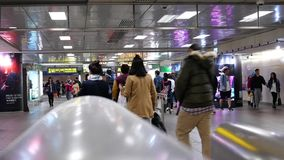 Movimiento rápido de los viajeros que caminan dentro de la estación del MRT durante hora punta
