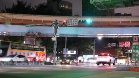 Movimiento rápido de los viajeros y de los coches que pasan por el camino en la noche