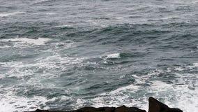 Movimiento rápido de Oregon del día de las olas oceánicas de la bahía cubierta de Depoe almacen de metraje de vídeo
