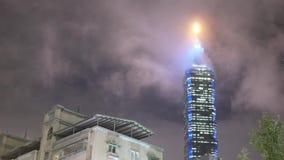 Movimiento rápido del edificio de Taipei 101 con las nubes móviles