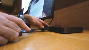 Movimiento rápido del lapso de tiempo del hombre que trabaja en nuevo Apple Mac mini 2018 almacen de video