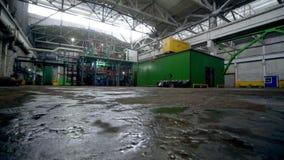Movimiento sobre el piso mojado para canalizar el sistema y el edificio verde almacen de metraje de vídeo