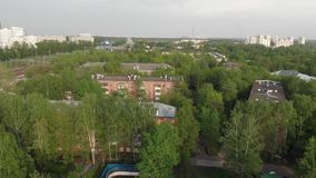 Movimiento sobre vecindad ladrillo-construida vieja en Moscú, Rusia almacen de video