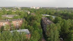 Movimiento sobre vecindad ladrillo-construida vieja en Mosc?, Rusia almacen de metraje de vídeo