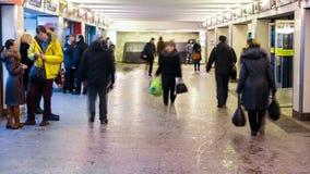 Movimiento subterráneo de Timelapse del tráfico de la muchedumbre de la calle de la ciudad grande metrajes
