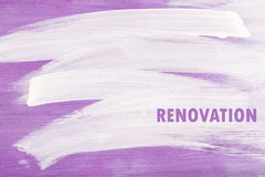 Movimientos blancos en fondo de madera del violette imagen de archivo