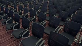 Movimientos de la cámara entre muchos asientos cómodos en pasillo vacío de la audiencia Preparación para la conferencia de comerc metrajes