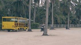 Movimientos de la muchacha en la vespa moderna cerca del autobús en zona de aparcamiento almacen de metraje de vídeo