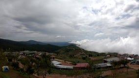 Movimientos de la niebla en la montaña, pasando por alto el centro turístico en el valle la mayoría del lugar famoso del viaje en almacen de metraje de vídeo