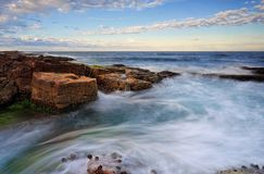 Movimientos de marea alrededor de rocas Fotos de archivo libres de regalías