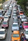 Movimientos del tráfico de la hora punta lentamente a lo largo de un camino ocupado Foto de archivo