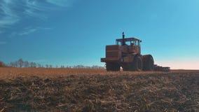 Movimientos del tractor en el camino almacen de video