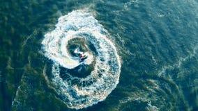Movimientos el torcer en espiral de un watercraft en una visión desde arriba metrajes