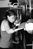 Movimientos practicantes del boxeador de sexo femenino joven imagenes de archivo