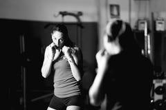 Movimientos practicantes del boxeador de sexo femenino profesional imagenes de archivo