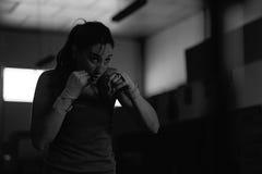 Movimientos practicantes del boxeador de sexo femenino profesional en el gimnasio fotografía de archivo