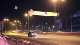 Moving автомобили и знамена рекламы с ночой освещения видеоматериал