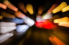 Moving автомобили с быстрой запачканной тропкой фар стоковое фото