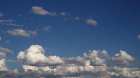 moving белые облака на синем небе сток-видео