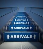 Moving лестницы эскалатора к прибытиям, принципиальной схеме авиапорта Стоковая Фотография RF