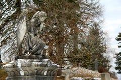 Moving изображение каменного мемориала ангела в погосте Стоковое Фото