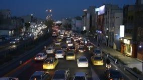 Moving корабли на шоссе Resalat на времени сумрака, автомобили двигая медленно на шины движения вечера ЯРКИЕ управляя через разме акции видеоматериалы