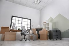Moving коробки и мебель стоковые изображения