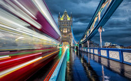 Moving красная шина на мосте башни в Лондоне Стоковые Фотографии RF