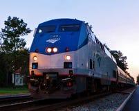 Moving пассажирский поезд во времени вечера Стоковые Изображения RF