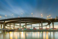 Moving портовый район облака голубого неба над круглым пересечением шоссе Стоковые Изображения