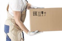 Moving работник обслуживания держит конец-вверх картонной коробки на белой предпосылке Человек перестановки в форме с коробкой Стоковые Изображения RF