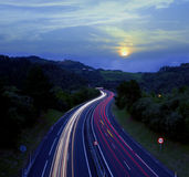 Moving света автомобиля на шоссе Стоковое фото RF