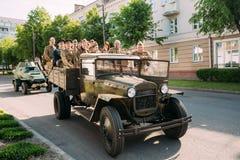 Moving тележка ZIS-5V Совета WW2, форма солдат людей принимает участие на параде 9-ое мая дня победы Стоковая Фотография RF