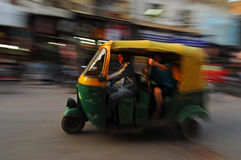 Moving auto rickshaw, gammala Delhi, Indien royaltyfria bilder