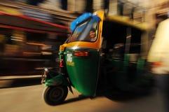 Moving auto rickshaw, gammala Delhi, Indien royaltyfri foto