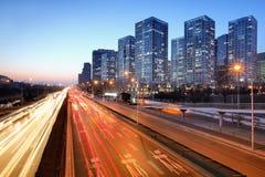 Moving bil med blurlampa till och med stad Arkivbild