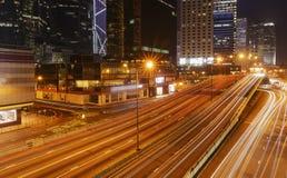Moving bil med blurlampa till och med stad Royaltyfri Foto