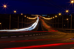 Moving bil med blurlampa till och med stad Arkivfoto