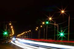 Moving bil med blurlampa till och med stad Royaltyfri Fotografi