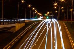 Moving bil med blurlampa till och med stad Fotografering för Bildbyråer