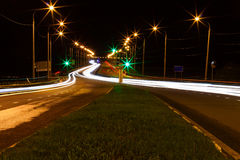 Moving bil med blurlampa till och med stad Arkivfoton