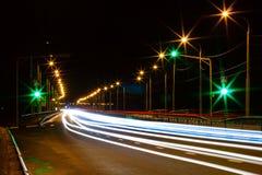 Moving bil med blurlampa till och med stad Arkivbilder