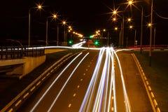 Moving bil med blurlampa till och med stad Royaltyfria Foton