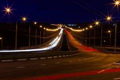 Moving bil med blurlampa till och med stad Royaltyfri Bild